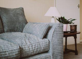 Como limpar sofá de camurça