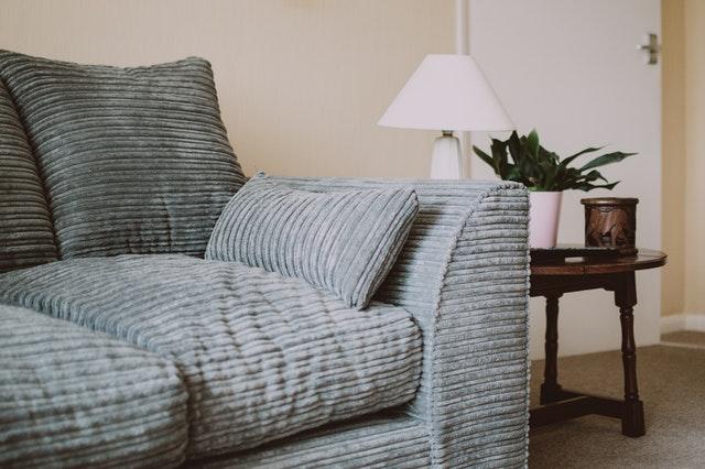 Como tirar mancha de sofá: dicas simples e práticas